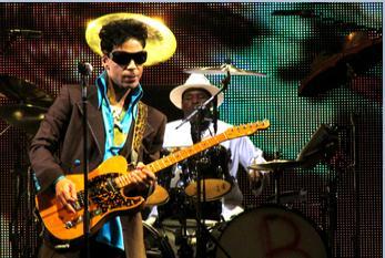 Prince tijdens het begin van zijn optreden in het Gelredome